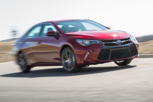2015-toyota-camry-xse-in-motion
