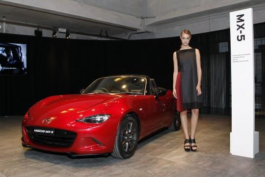"""Der neue Mazda MX-5 und das KODO Kleid / Weiterer Text über ots und www.presseportal.de/nr/33972 / Die Verwendung dieses Bildes ist für redaktionelle Zwecke honorarfrei. Veröffentlichung bitte unter Quellenangabe: """"obs/Mazda/Mazda Motors Deutschland"""""""