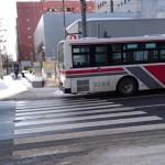[愚痴]横断歩道と信号機を邪魔して止まる路線バス
