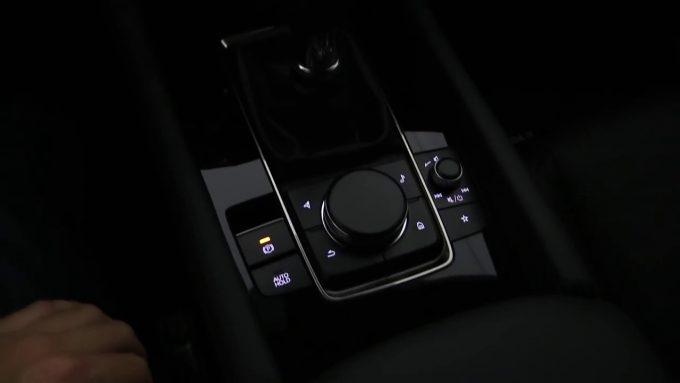 新型Mazda3ハッチバックの夜の運転席とカーゴスペース