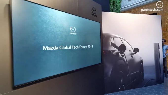 マツダ、北欧で技術フォーラムを開催、EVの技術検証車を披露!
